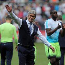 [VIDEO] Manuel Pellegrini se despide del City regalando su chaqueta a un hincha