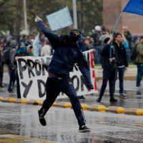 Carabineros de Fuerzas Especiales detienen marcha de secundarios hasta Ministerio de Educación