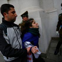 [VIDEO] ¿Infiltrado? La confusa detención de un manifestante en la protesta de hoy en La Moneda
