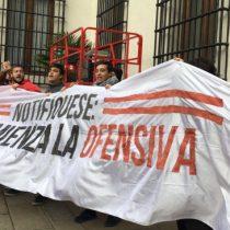 Estudiantes burlan seguridad de La Moneda simulando ser turistas y se manifiestan contra Bachelet