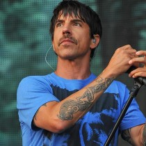 [VIDEO] Hospitalizan al cantante de Red Hot Chili Peppers y cancelan concierto