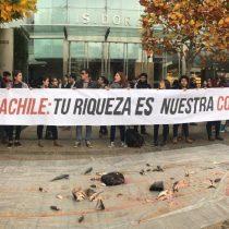 Estudiantes de la Confech y secundarios arrojan pescados frente a oficina salmonera en apoyo a pescadores de Chiloé