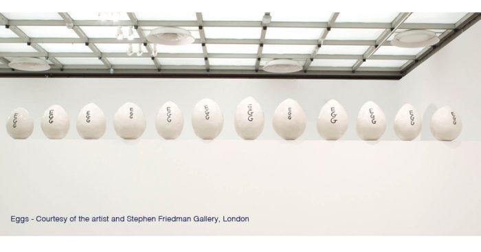David Shrigley, uno de los artistas más populares de Inglaterra, llena al MAC de ironía y humor negro