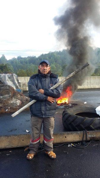 """El mariscador Jaime Hernández llegó hace 42 años a Carelmapu desde Puerto Montt. Cree firmemente que la marea roja no es tal, sino que es """"el envenenamiento de las salmoneras""""."""