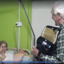 [VIDEO] Padre Mariano Puga se luce tocando el acordeón para ancianos en Quillota