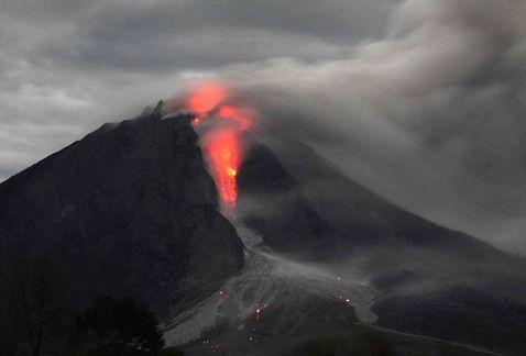 Siete muertos y dos heridos críticos por erupción del Sinabung en Sumatra