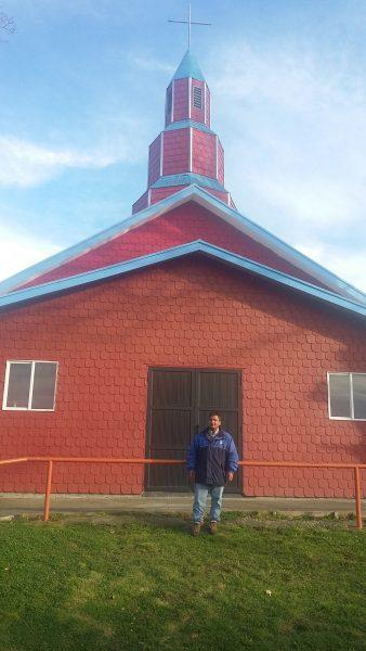 El párroco Juan Martínez conoce el mar desde dentro: fue buzo mariscador, oficio que aprendió en Carelmapu en su juventud.