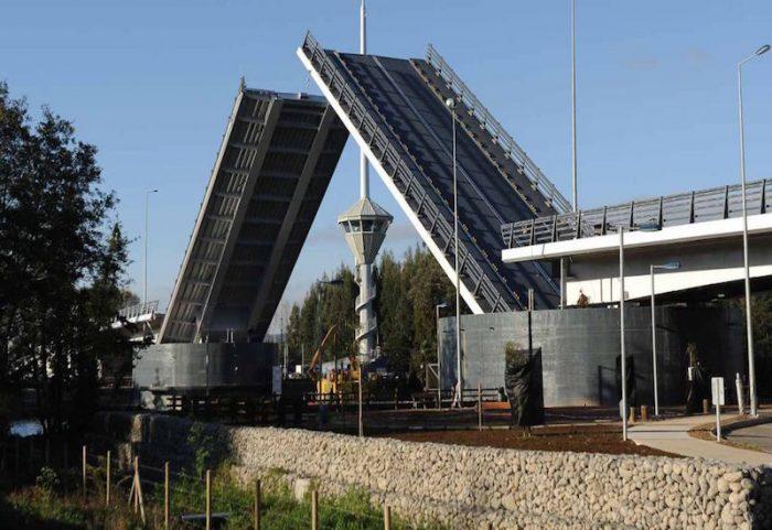 MOP descarta desarmar el Puente Cau Cau y opta por su reparación