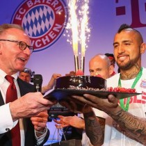 [VIDEO] Plantel del Bayern Munich le canta el cumpleaños a Arturo Vidal