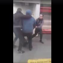 [VIDEO] Pasajeros detienen y golpean a grafitero mientras rayaba un vagón del Metro