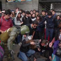 [VIDEO] Impactantes imágenes de estudiante que sufre desmayo en marcha estudiantil