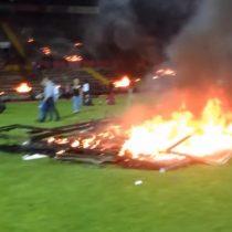[VIDEO] Hinchas turcos queman su propio estadio tras descender de categoría