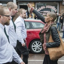 [VIDEO] La mujer que desafió a 300 nazis en Suecia