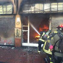 [VIDEO] Incidentes tras Cuenta Pública: encapuchados incendian farmacia en Valparaíso