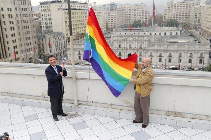 Bandera de la diversidad sexual fue izada en la Dirección del Trabajo