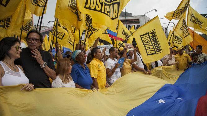 Policía bloquea marchas opositoras por referendo revocatorio en Venezuela