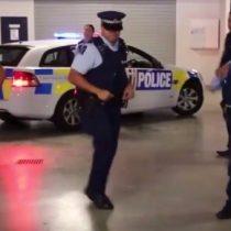 [VIDEO] Policías de Nueva Zelanda, bailan en un estacionamiento al ritmo de