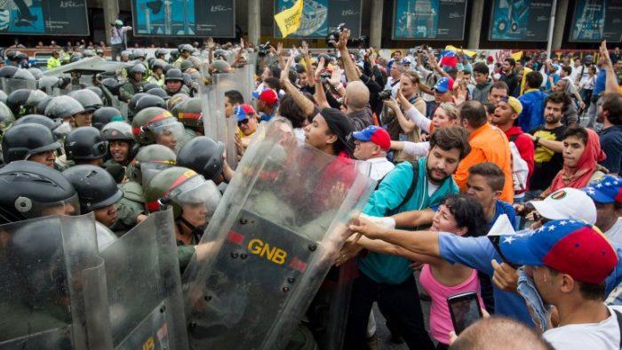 Oposición venezolana se mueve por revocatorio bajo un estado de excepción