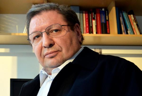 Ascanio Cavallo dice que se enteró por la prensa que era testigo en querella de Bachelet contra revista Qué Pasa