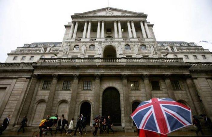 Banco de Inglaterra saca toda su artillería para hacer frente al Brexit: recorta tasas hasta mínimo histórico de 0,25% y amplía su programa de estímulo económico