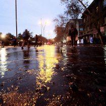 Jueves negro en Santiago: Inundación, cortes de tránsito, barricadas y marcha marcan caótica jornada