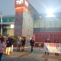 [Fotos] Estudiantes protestan fuera de los canales de televisión: