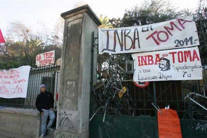Directora de Educación de Santiago renuncia por conflicto en liceos: