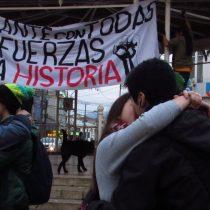 """Estudiantes de Valdivia protagonizaron """"Besatón por la Educación"""" en la plaza de la República"""