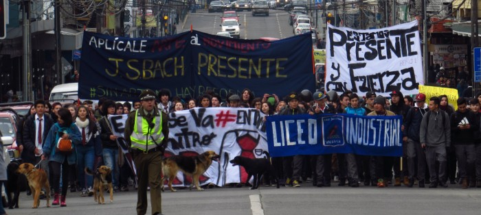 [Galería] Estudiantes se toman las calles de Valdivia con masiva y colorida marcha