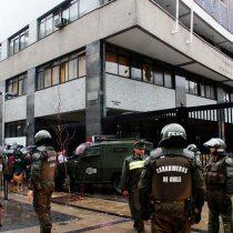Otra jornada de violencia en el Instituto Nacional: queman histórico estandarte del establecimiento