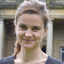 Muere diputada británca que fue apuñalada y baleada