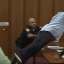 [VIDEO] Padre intenta agredir al asesino de su hija en pleno juicio en Estados Unidos