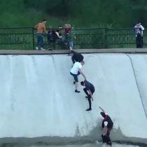 [VIDEO] Salvan a perro desde un río formando una cadena humana