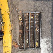 [Galería] Foto tomada hace 10 días en Providencia muestra alcantarillado tapado con barro