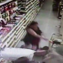 [VIDEO] Instinto maternal: mujer frustra el secuestro de su hija en un supermercado en Estados Unidos