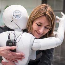 El ingeniero japonés que trabaja en un robot para remediar la soledad