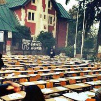 La otra cara de las tomas: estudiantes del Manuel de Salas esperan ordenadamente a Carabineros para tomarles una prueba