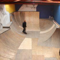 Remodelado y estrenando mural reabre Cons Project, el primer skatepark indoor de Santiago