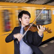 Ray Chen en concierto en la Noche Tchaikovsky, junto a Paolo Bortolameolli y la Orquesta Filarmónica de Chile