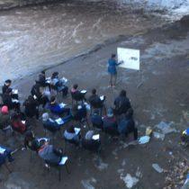 [Fotos] Estudiantes realizan clase de matemática en ribera del Mapocho