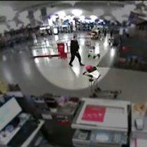[VIDEO] Cámaras captan la frustración de uno de los terroristas en busca de víctimas en el aeropuerto de Estambul