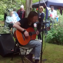 [VIDEO] Thom Yorke sorprendió a sus vecinos del barrio con un concierto acústico en Oxford