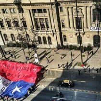 [Galería] Estudiantes protestan en las afueras de la UC y despliegan bandera gigante en la Alameda