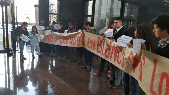 Estudiantes acusan lucro de universidades del grupo Laureate y exigen un trato preferente del Estado con universidades públicas