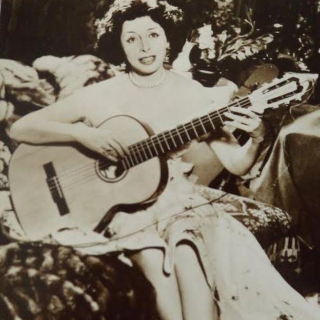 Además de cantar, Rosita también tocaba la guitarra con maestría.