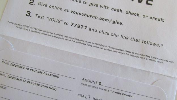 La iglesia Vous Church deja estos sobres en los asientos del auditorio donde celebran las misas para solicitar el aporte monetario de los asistentes.