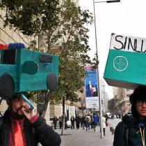 """[Galería] Estudiantes realizan carnaval y devuelven la """"obra gruesa"""" al ministro Valdés"""