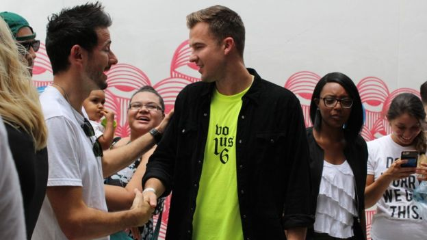 Rich Wilkerson Jr. (centro de la foto) fundó la iglesia evangélica VOUS en septiembre de 2015 en Miami y saltó a la fama después de haber casado a las celebridades Kim Kardashian y Kanye West.