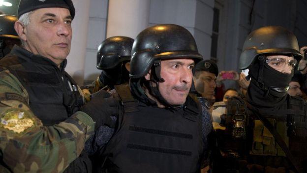 José López después de su captura en el monasterio.