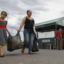Marea de venezolanos compran alimentos y medicinas en Colombia